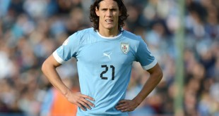 Uruguayan forward Edinson Cavani (C) awa